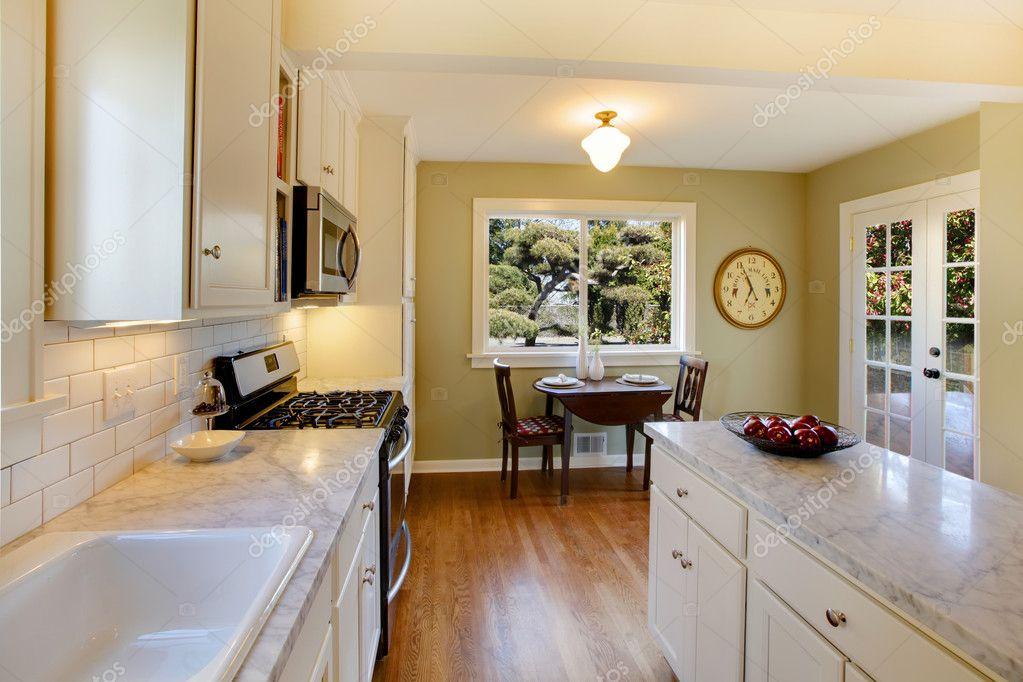 weiße und grüne Küche mit Luxus-design — Stockfoto © iriana88w #7622311