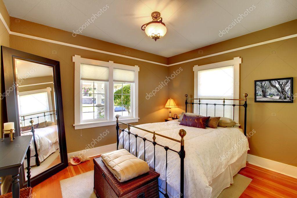 slaapkamer interieur met gouden muren en eikenhouten vloer ...