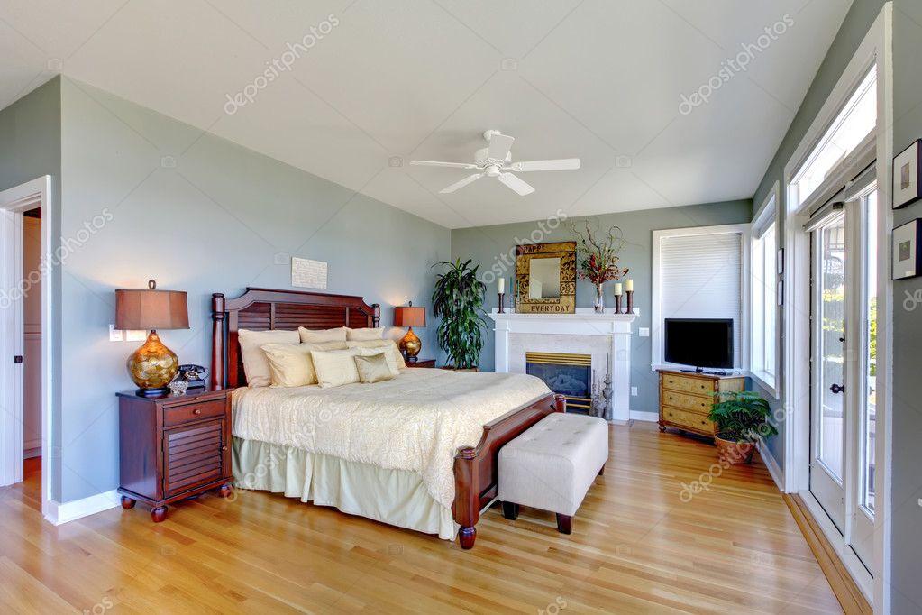 Slaapkamer Met Openhaard : Grote groene slaapkamer met openhaard en hout u2014 stockfoto