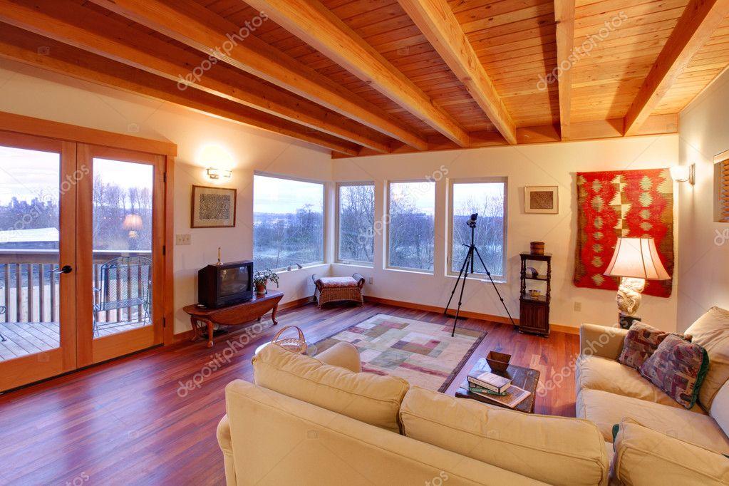 moderne und luxuriöse Wohnzimmer mit Holzdecke und großen Fenstern ...