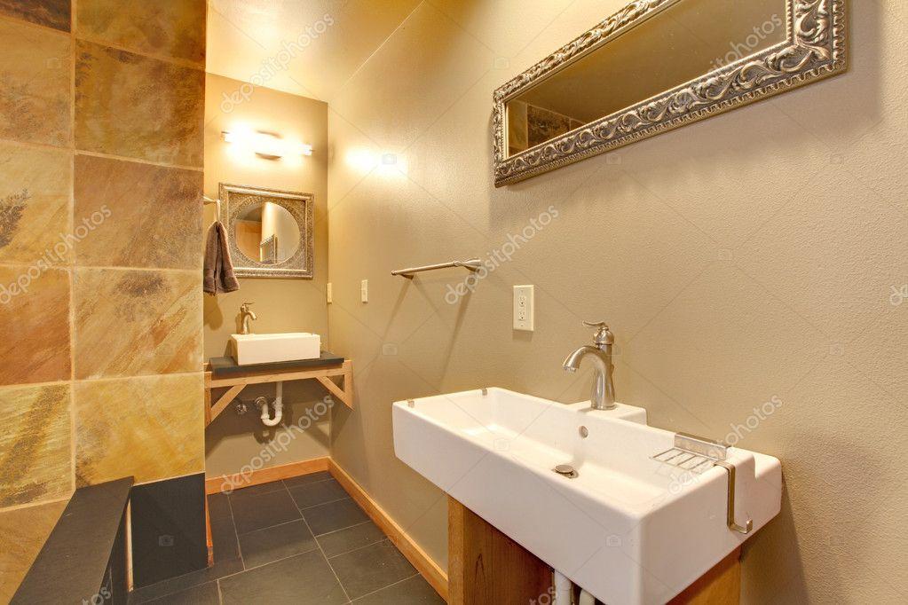 Moderno bagno elegante con grandi lavandini bianchi u foto stock