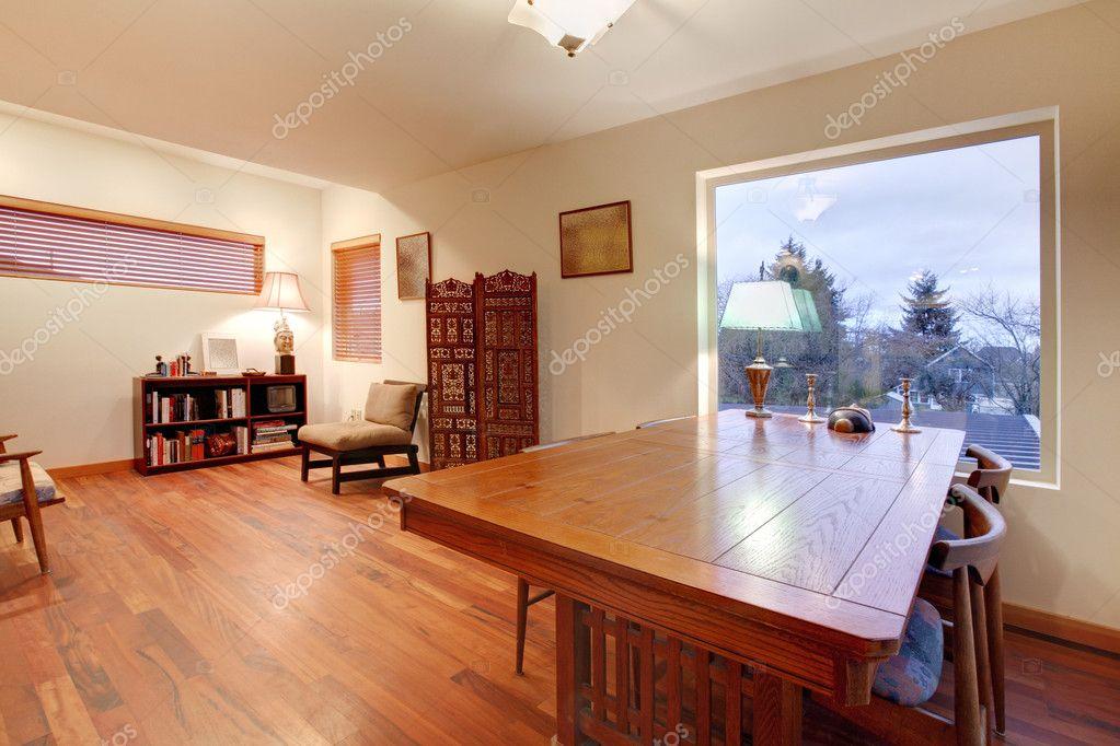 Kamer met grote houten tafel en leeshoek u stockfoto iriana w