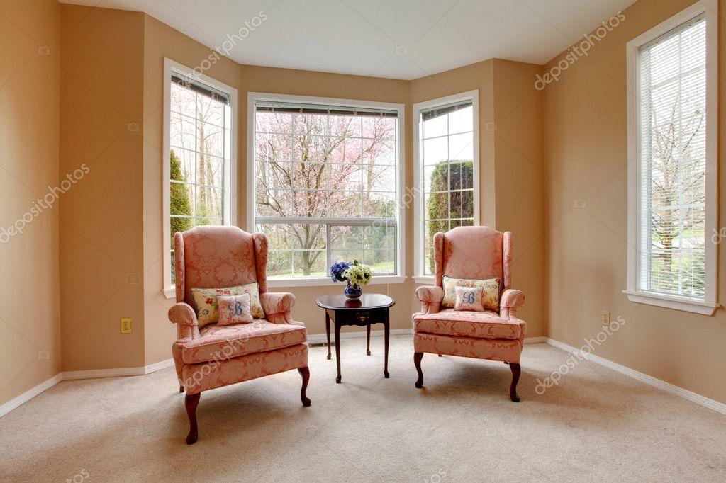 Klassische Wohnzimmer Fenster Mit Zwei Rosa Stühle U2014 Stockfoto