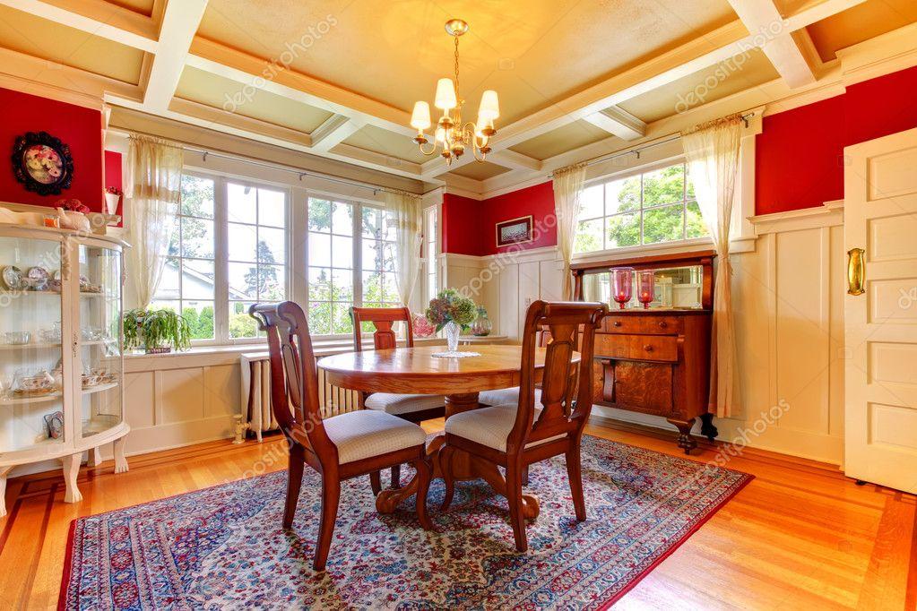Mobili Antichi Per Sala Da Pranzo : Elegante rosso e oro sala da pranzo con mobili antichi u foto