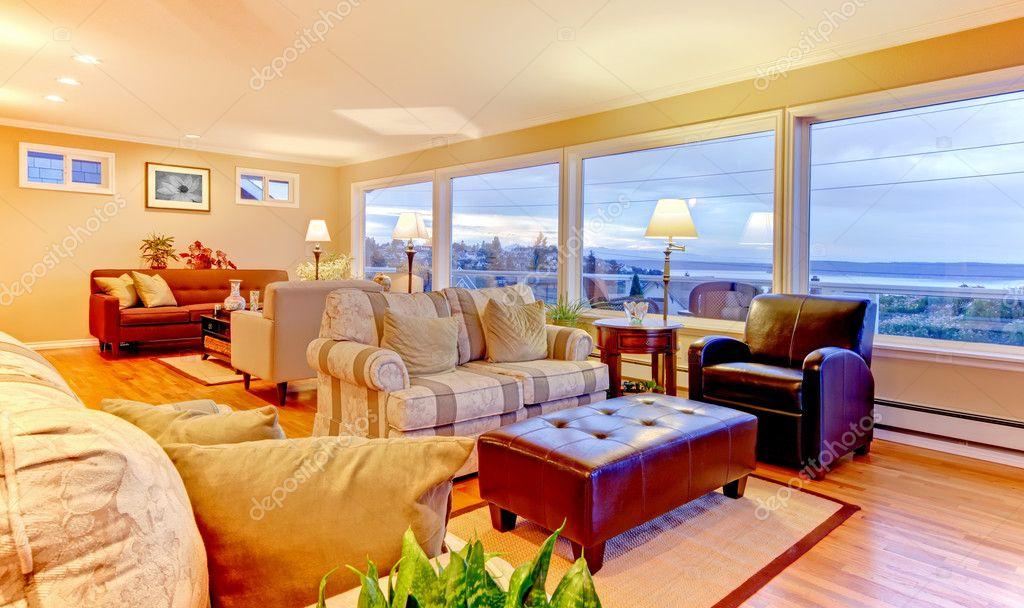 Pareti Soggiorno Beige : Bellissimo soggiorno con pareti beige e luce calda serata u foto