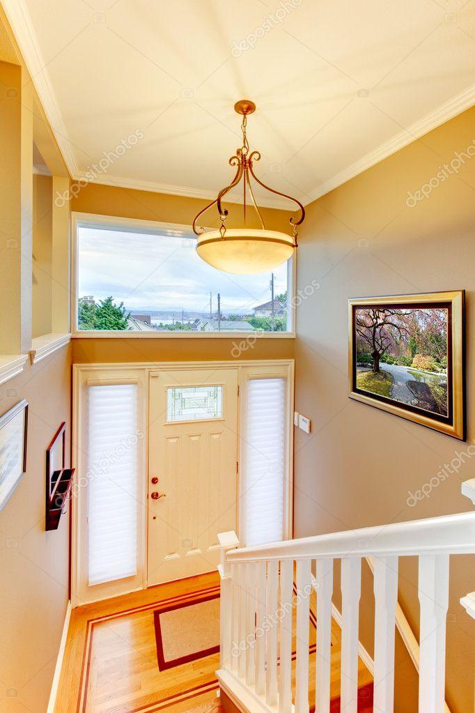 Entrada de pasillo con rejas blancas y paredes beige y for Paredes y puertas blancas