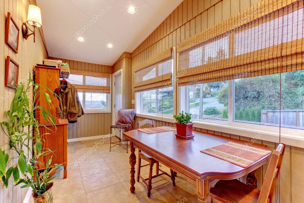 Оформление окна в доме - шторы и жалюзи.