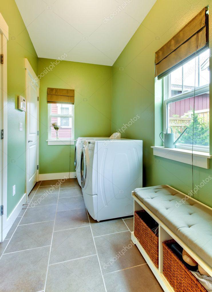 Grüne großes Badezimmer mit weißen Waschmaschine und ...