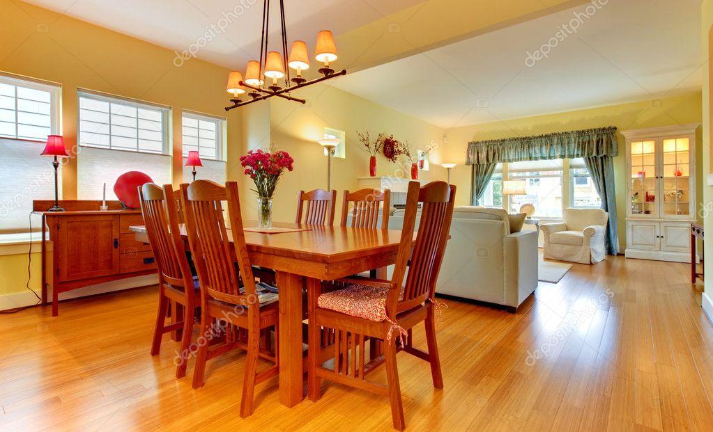 Wohnzimmer mit Kamin in weichem gelb und blau — Stockfoto ...