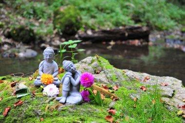 Budhhas mit Blumen