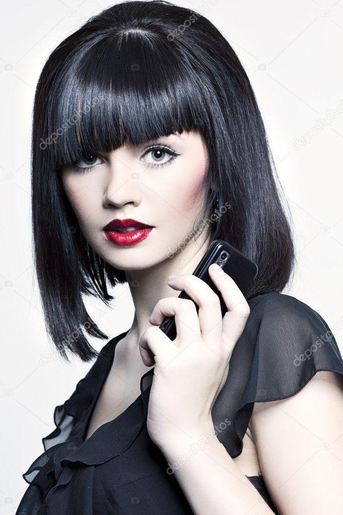 француженка с черными волосами и красной помадой