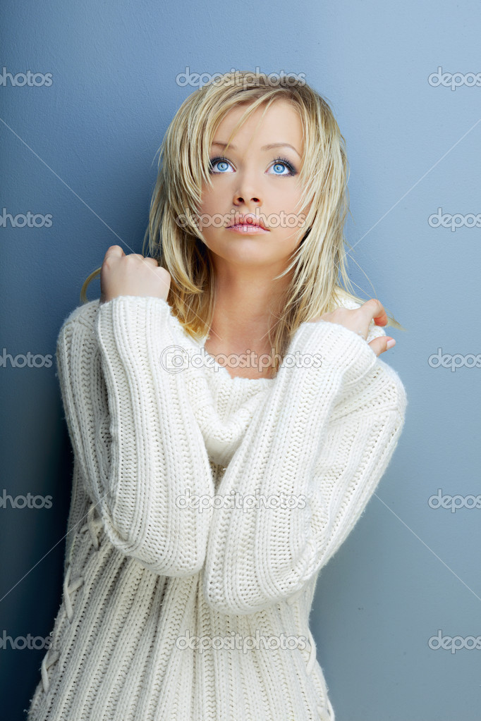dunkle haut blonde haare