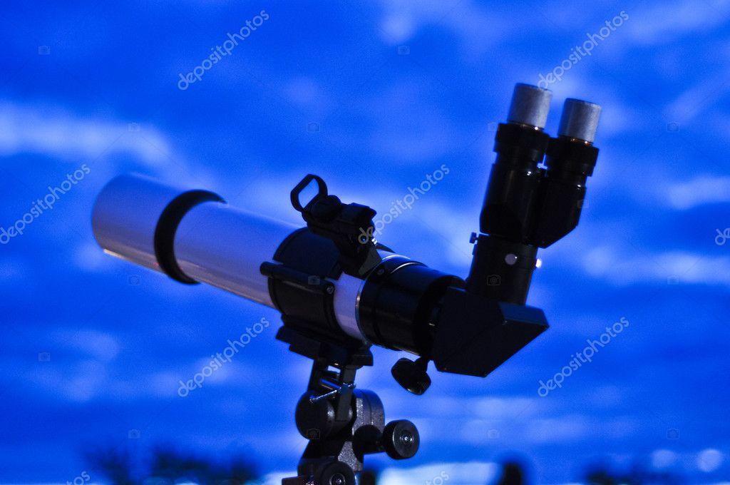 Astronomisches teleskop in den blauen nachthimmel u stockfoto