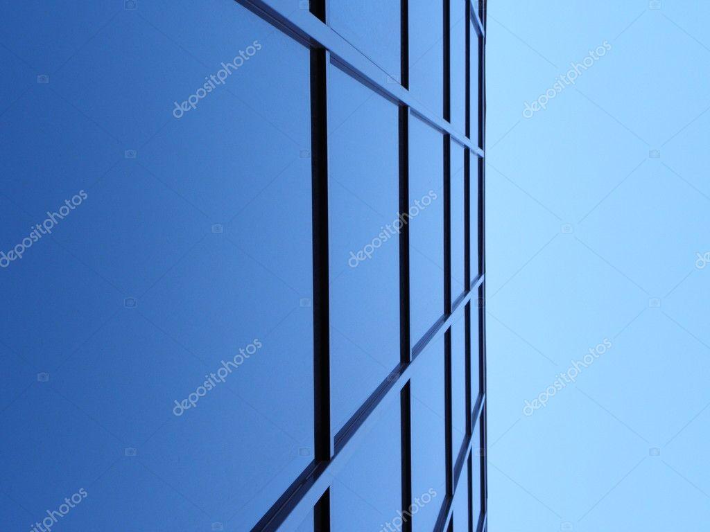 azules ventanas cuadradas de oficina bulding en cielo de ángulo ...