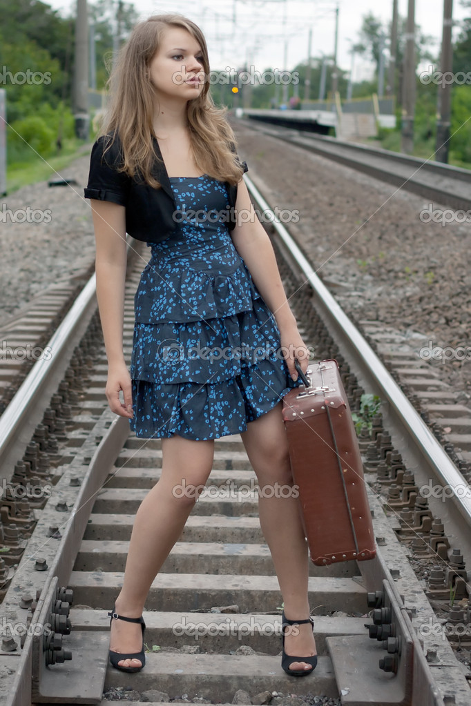 Фото девушки на рельсах в колготках и платье зрелых