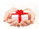 ruce držící krásná dárková krabička