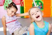 ragazze di sorellina felice bambini giocando