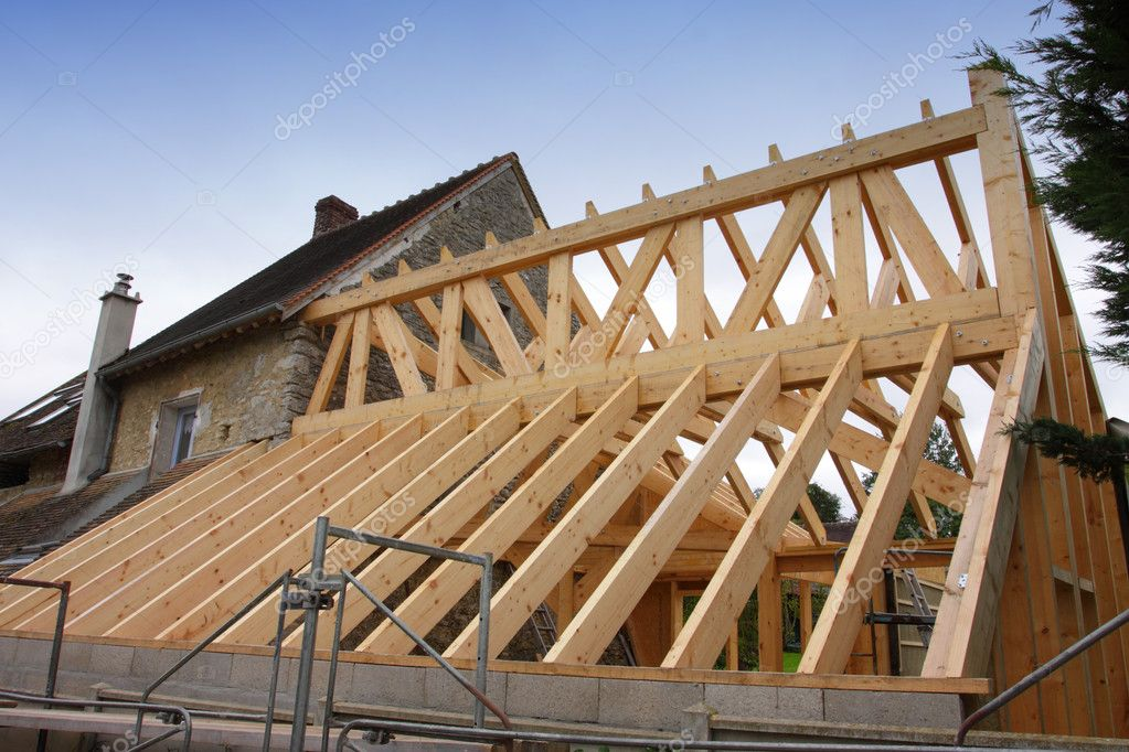 Costruzione del telaio in legno di un tetto — Foto Stock © Chretien #7332687
