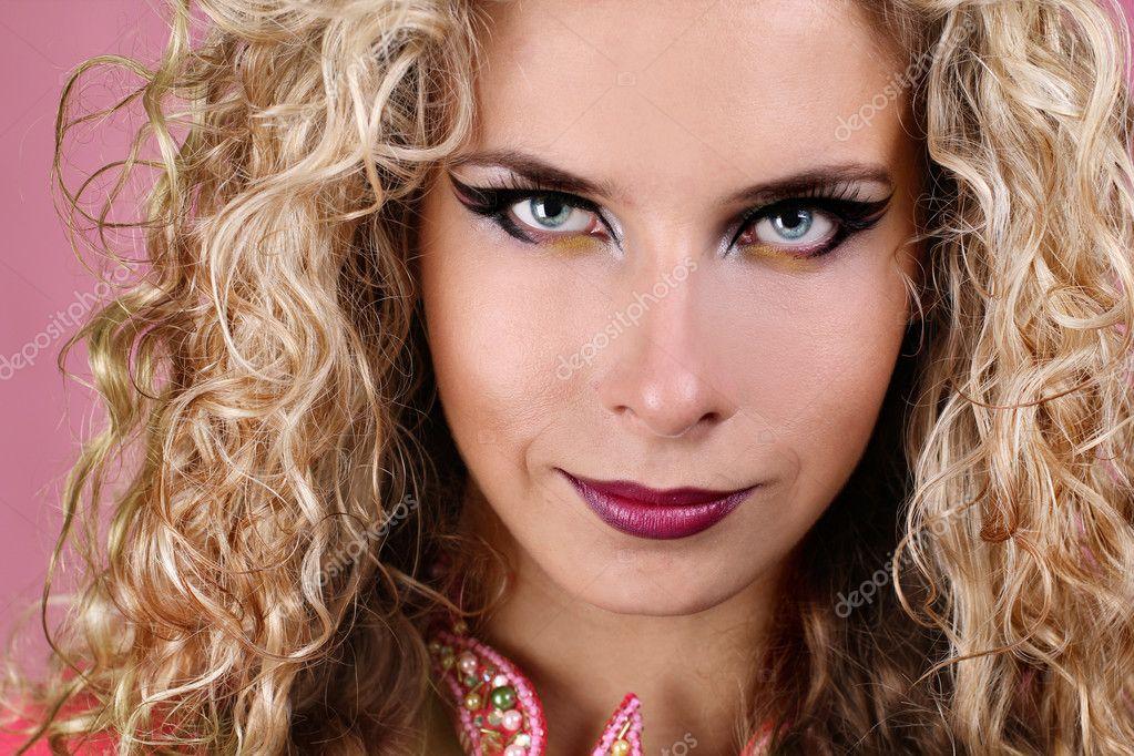 retrato de mujer con ojos azules y rubia de pelo rizado u fotos de stock
