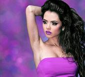 Módní ženu s dlouhými černými kudrnatými vlasy nad fialová