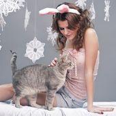 Hase, Katze und Schneeflocken