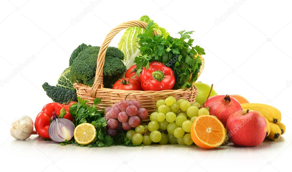Composition avec des l gumes et des fruits dans le panier en osier isol photographie - Composition florale avec fruits legumes ...
