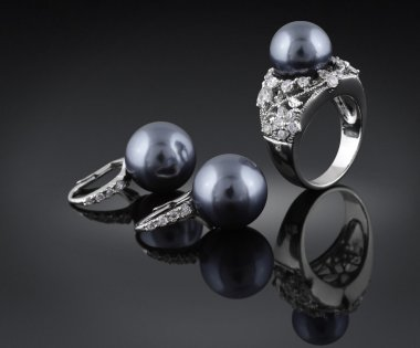 Jewelry with black pearl