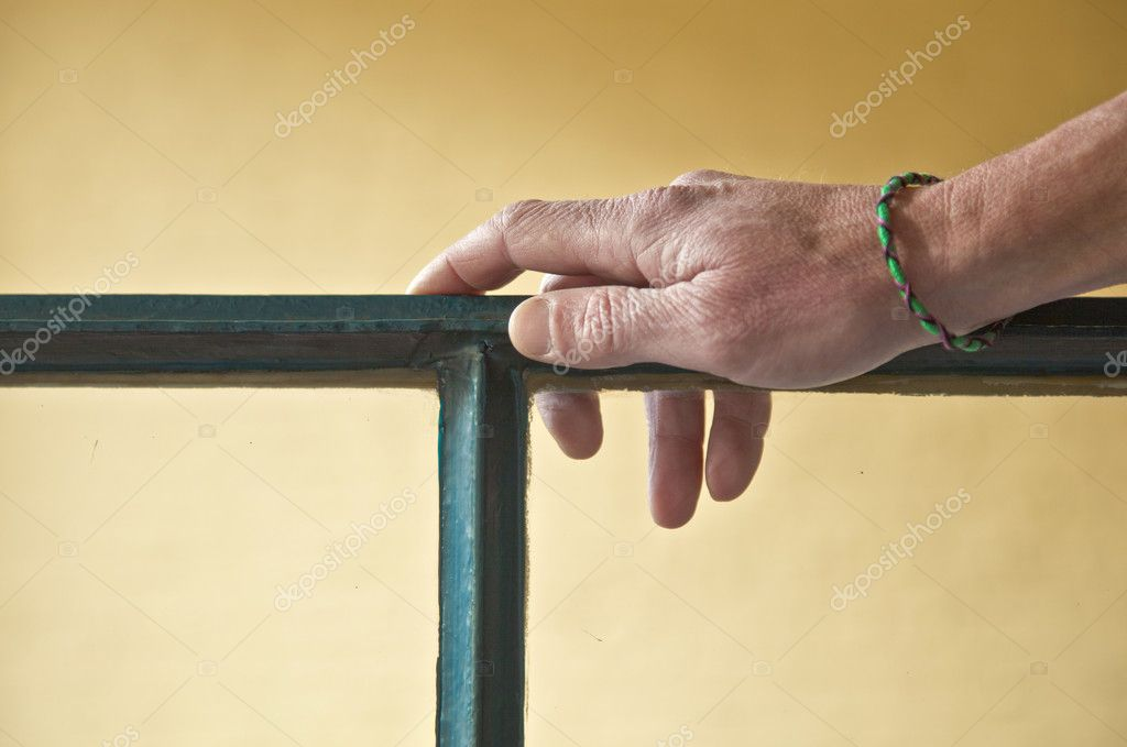 mano con pulsera apoyado en un marco de ventana — Fotos de Stock ...