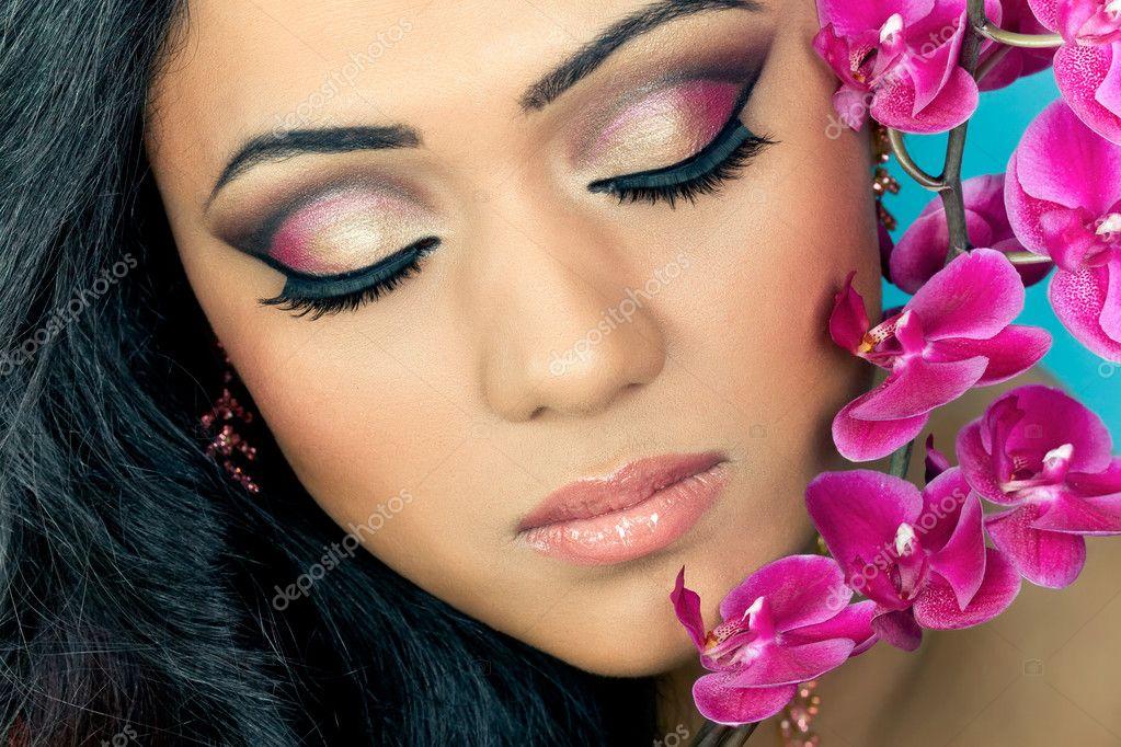 Fabuloso Rosto de jovem mulher linda com flores da orquídea — Stock Photo  FD55