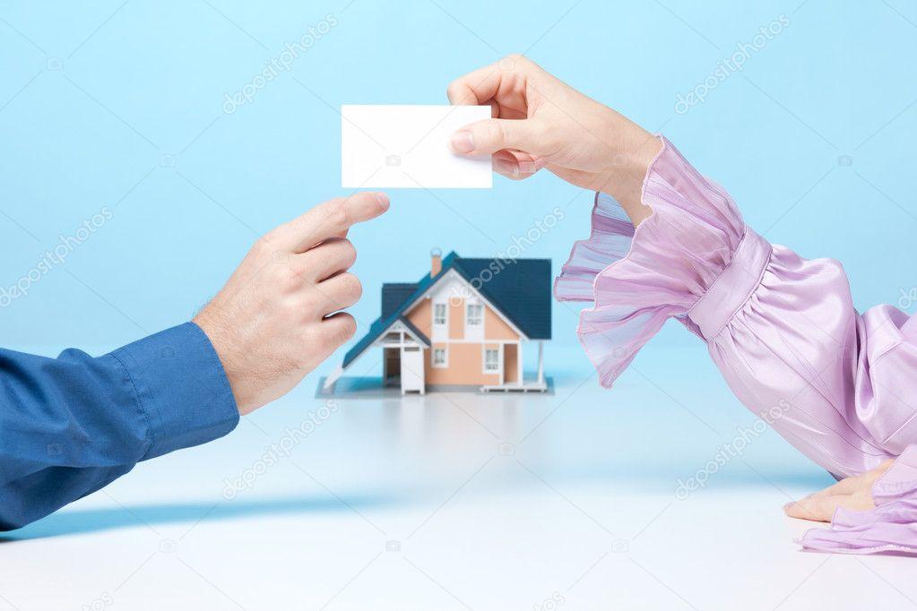 Femme De Courtier Immobilier Est Donner Au Client Sa Carte Visite Agence Immobilire Reprsent Par Le Modle Maison En Arrire Plan Image