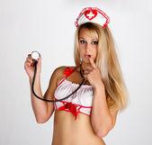 mladá žena se stetoskopem