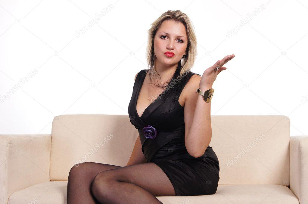 Молодую тетушку на диване, блондинку в чулках ебут толпой