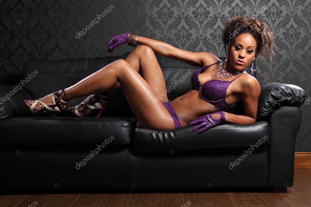 99f8a6ebd Corpo sexy de glamour de americano africano jovem bela mulher vestindo  luvas de couro e lingerie de renda roxa
