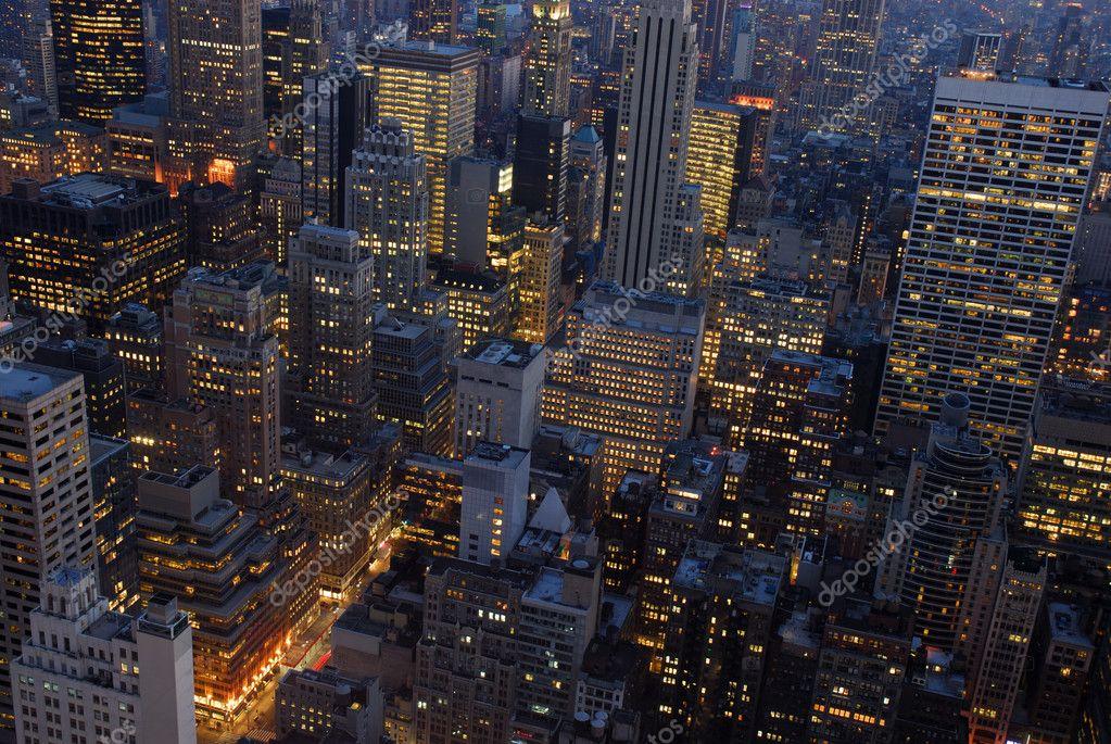 Famosos Vista aérea sobre a cidade de Nova york à noite — Fotografias de  QN12