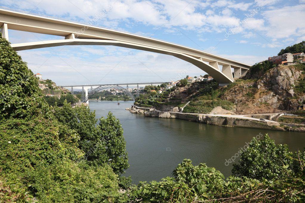 Fluss In Portugal infante brücke über den fluss douro in porto portugal stockfoto
