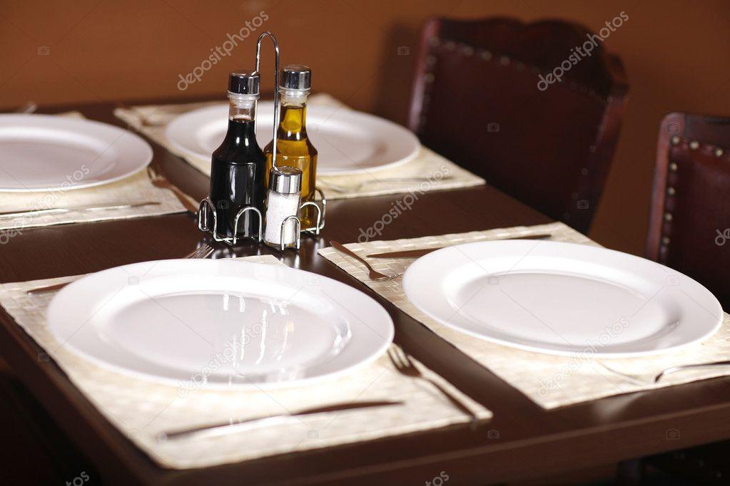 schön gedeckter Tisch mit vier Platten — Stockfoto © vizualvortex ...