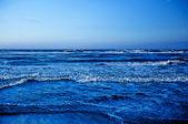 vlny narážely na pobřeží