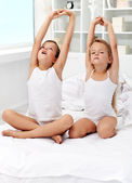 Fotografie Kinder aufwachen und stretching
