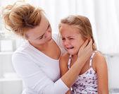 Fotografia madre confortante la sua bambina piange
