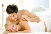 junge attraktive glücklich verliebten paar im schlafzimmer