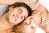 Fotografie Porträt jungen glücklich verliebten Paares im Schlafzimmer