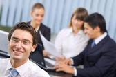 portré, sikeres üzletember és üzleti csapat office m