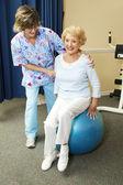 fyzikální terapeut pracuje s senior