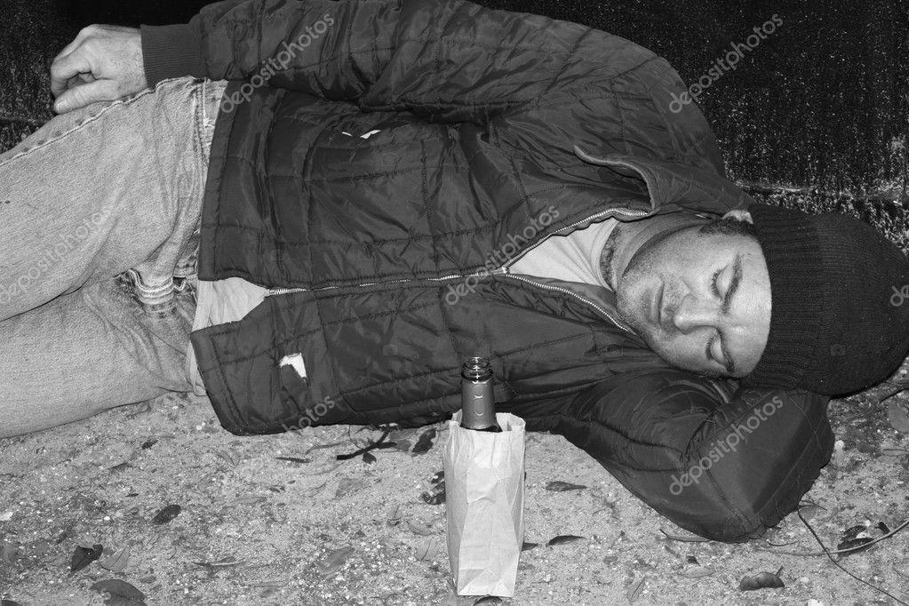 Slapen Op Grond : Dakloze man slapen op grond b w u stockfoto lisafx