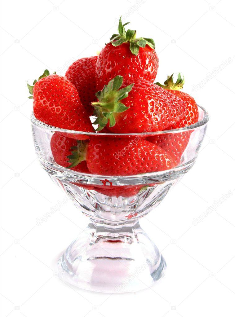 Quelques fraises en coupe verre isol sur blanc photo for Utiliser un coupe verre