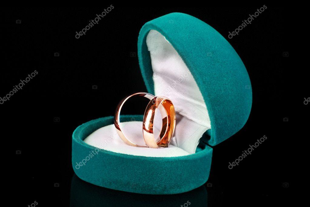Goldene Hochzeit Ringe In Der Blue Box Isoliert Auf Schwarz
