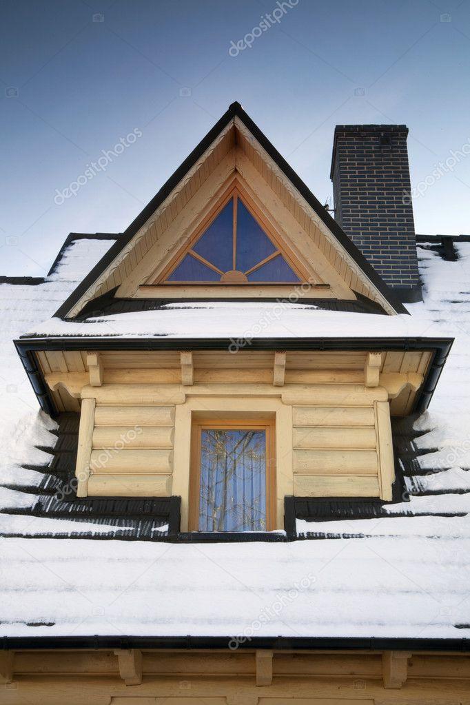 Dettaglio del tetto abbaino in legno foto stock for Gettare piani dormer