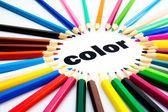 mnoho pastelkami, uspořádaných v kruhu na slovo barvy