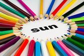 sok színes ceruzák, körben a word nap