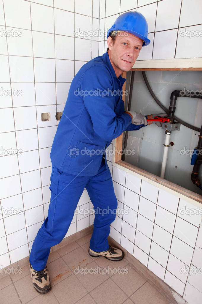 herstellen van leidingen in een badkamer sanitair — Stockfoto ...